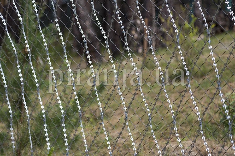 Fence reinforcing with Piranha barbed mesh