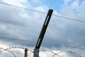 Проволока натяжная на кронштейнах для плоского барьера Егоза