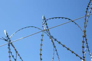 Проволока натяжная на спиральном барьере безопасности Егоза