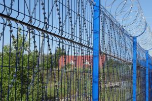 Ограждение из сварной сетки, сетки колючей Пиранья и спирального барьера Егоза