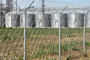 Ограждение из колючей сетки Пиранья и плоского барьера безопасности