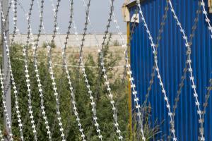 Ограждение строительной площадки колючей сеткой Пиранья
