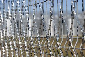 Сетка Пиранья 2х6 на металлическом заборе
