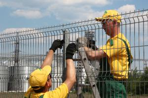 Установка сварной сетки на забор